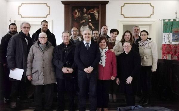 foto assessore Caccia con i rappresentanti delle associazioni
